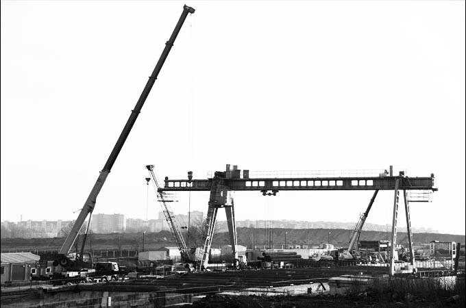 Mobile gantry crane at work site